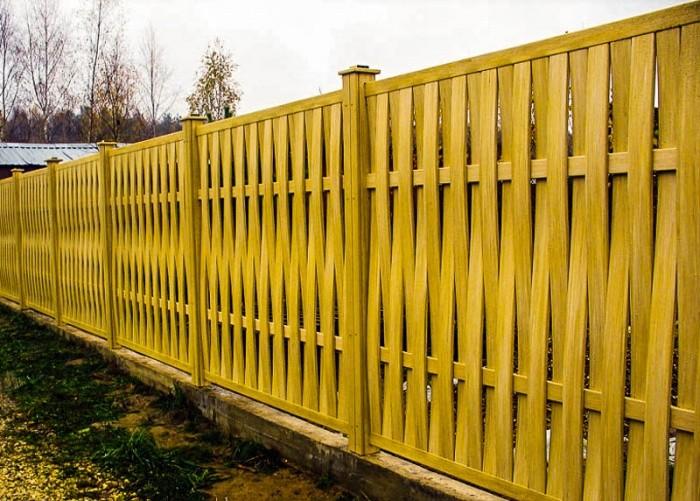 Плетеный забор из досок