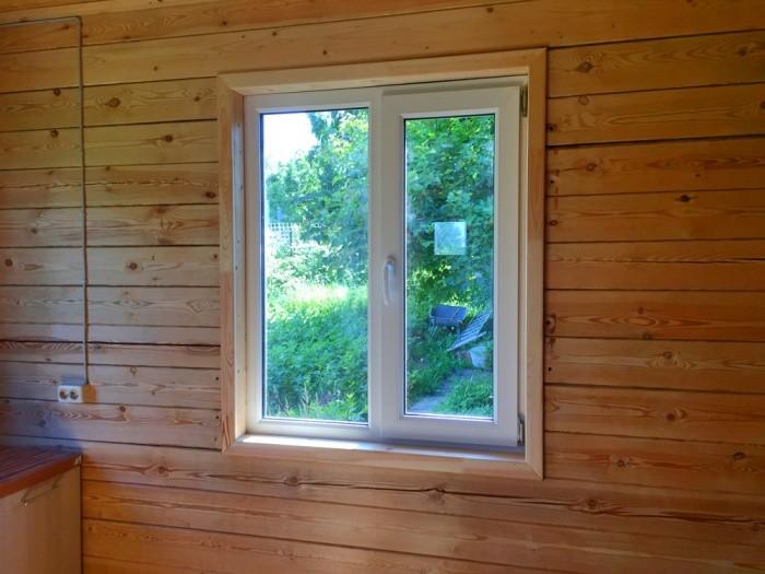 Отделка окна в доме из клееного бруса
