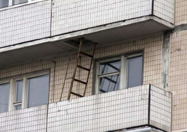 Красивая пожарная лестница на балконе